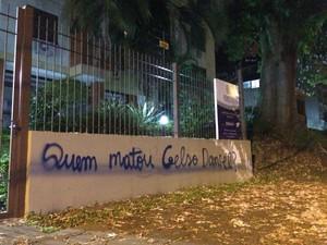 Muro do prédio foi pichado por vândalos (Foto: Paulo Ledur/RBS TV)