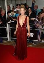 Uau! Kate Hudson leva decote no limite para premiação em Londres
