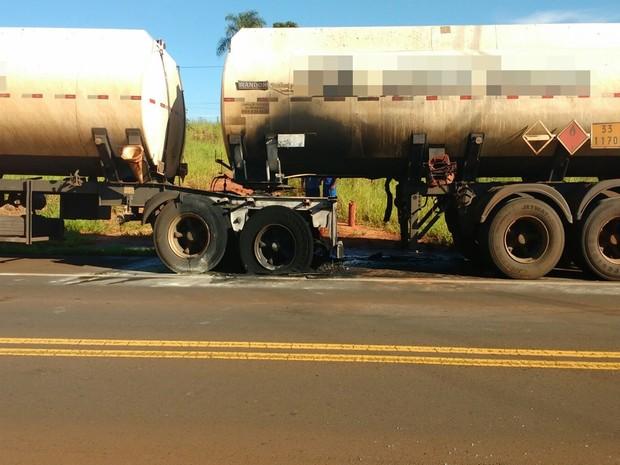 Estrutura do caminhão ficou danificada pelas chamas (Foto: Reprodução / TV TEM)