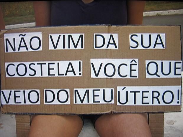 Manifestante exibe cartaz durante Marcha das Vadias em Brasília (Foto: Rede Globo / Reprodução)