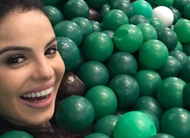 Sthefany Brito se diverte em piscina de bolinhas em shopping