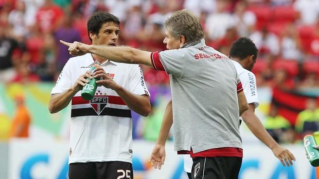 Autuori conversa com Fabrício durante a partida contra o Flamengo (Foto: Rubens Chiri - Site oficial do São Paulo FC)