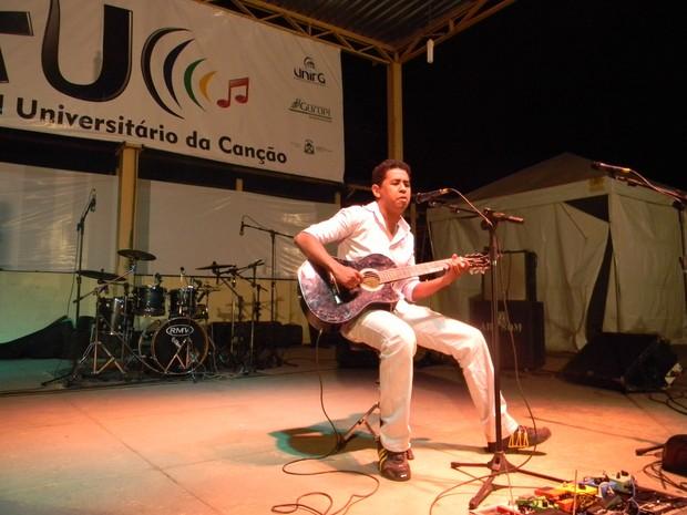 Kássio Dionisio, vencedor do FUC 2011 com a música 'Se o céu fosse tão perto eu iria a pé'. (Foto: Ascom/UnirG)