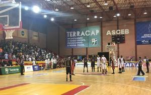 Ginásio da Asceb presta homenagem ao ex-jogador do Brasília, Fab Melo (Foto: Fabrício Marques)