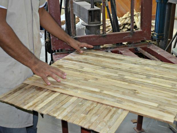 De acordo com Daniel, bambu é cortado em ripas, colado e prensado (Foto: Caio Fulgêncio/G1)