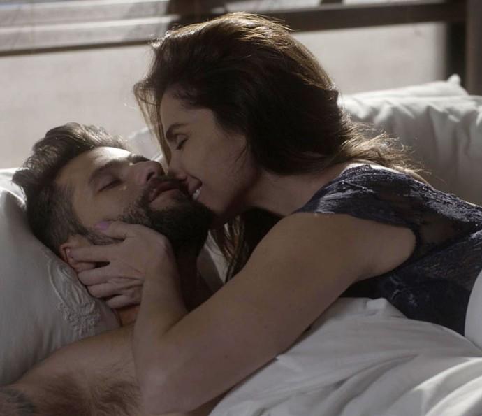 Mario e Alice passam a noite juntos (Foto: TV Globo)