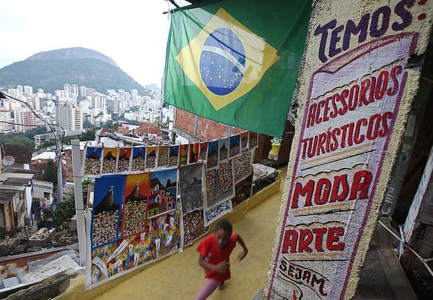 Bandeira do brasil em comércio da favela de Santa Marta (Foto: Mario Tama/Getty Images)