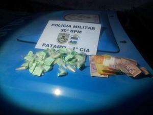 Droga e dinheiro apreendidos com jovem em Teresópolis (Foto: Divulgação/Polícia Militar de Teresópolis)