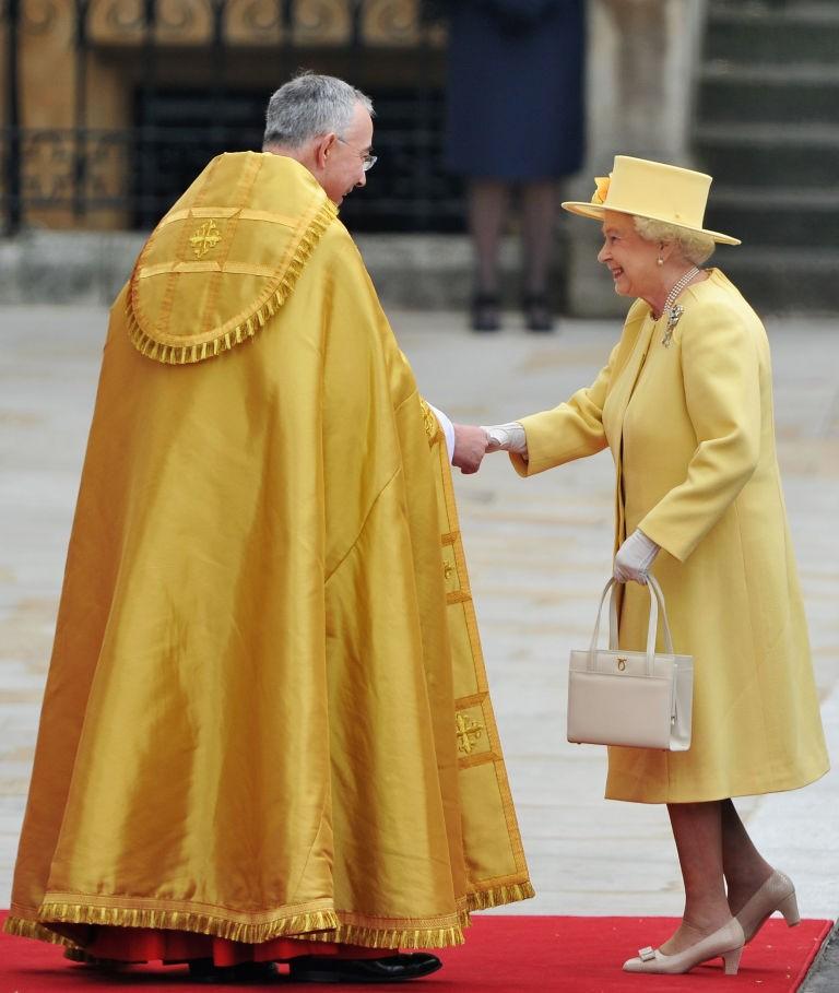 Rainha Elizabeth II com outro modelo de bolsa Launer (Foto: Getty Images)