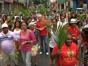 Milhares de fiéis participaram da 'Caminhada de Ramos' (Foto: Imagens / TV Bahia)