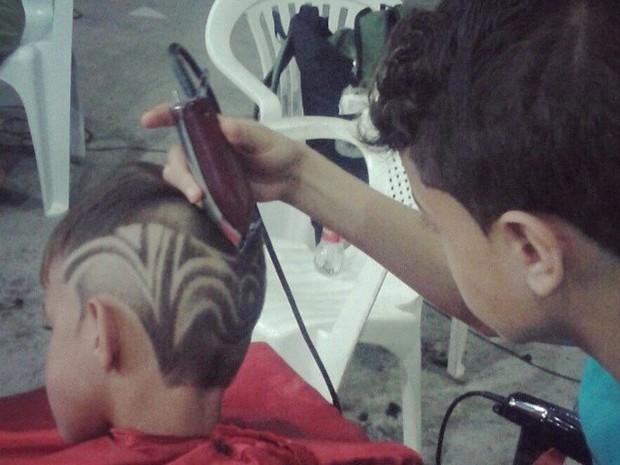 Apesar de estar se profissionalizando, Yuri afirma que não pretende largar os estudos (Foto: Yuri Hair Designer / Divulgação)