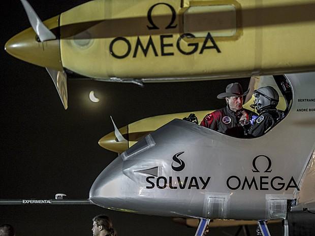 O piloto Piccard recebe supervisão de Borschberg, em pé, antes de decolar em Dallas, no Texas (Foto: Solar Impulse/Revillard/Rezo.ch/Reuters)