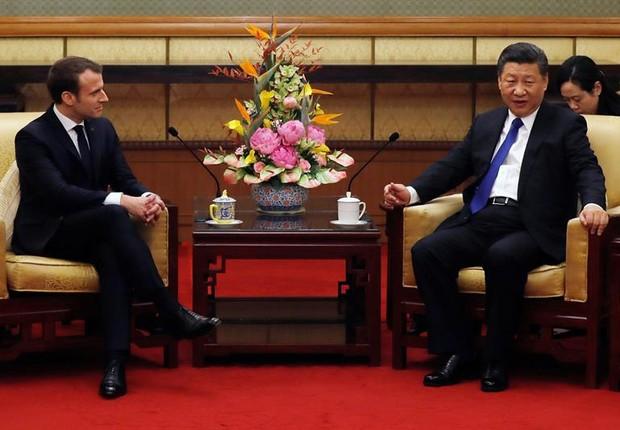 Presidentes francês e chinês durante encontro em Pequim (Foto: EFE)