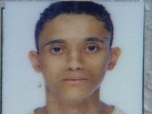 Guilherme Ventura Soares de 19 anos, tentou desviar do burado, mas se desequilibrou e bateu em manilha de concreto (Foto: Carlos Trinca/EPTV)
