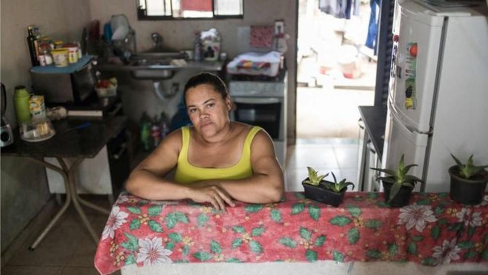 Adriana Silva fez o reboco e piso de casa e resolveu problema de ter que passar por dentro do quatro do filho adolescente antes de chegar ao seu (Foto: Bruno Figueiredo/BBC)