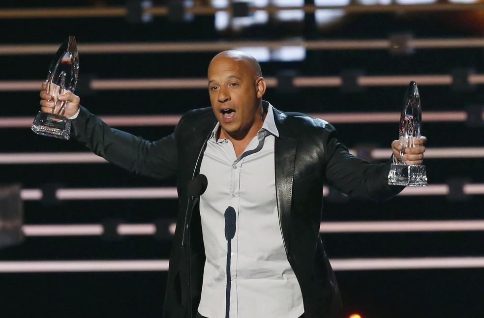 Vin Diesel recebe os prêmios de filme favorito e filme favorito de ação por'Velozes e furiosos 7 no People's Choice Awards em Los Angeles