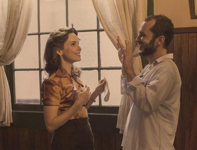 Débora Falabella e José Villamarim nos bastidores de 'Nada Será Como Antes' (Foto: Globo/Estevam Avellar)