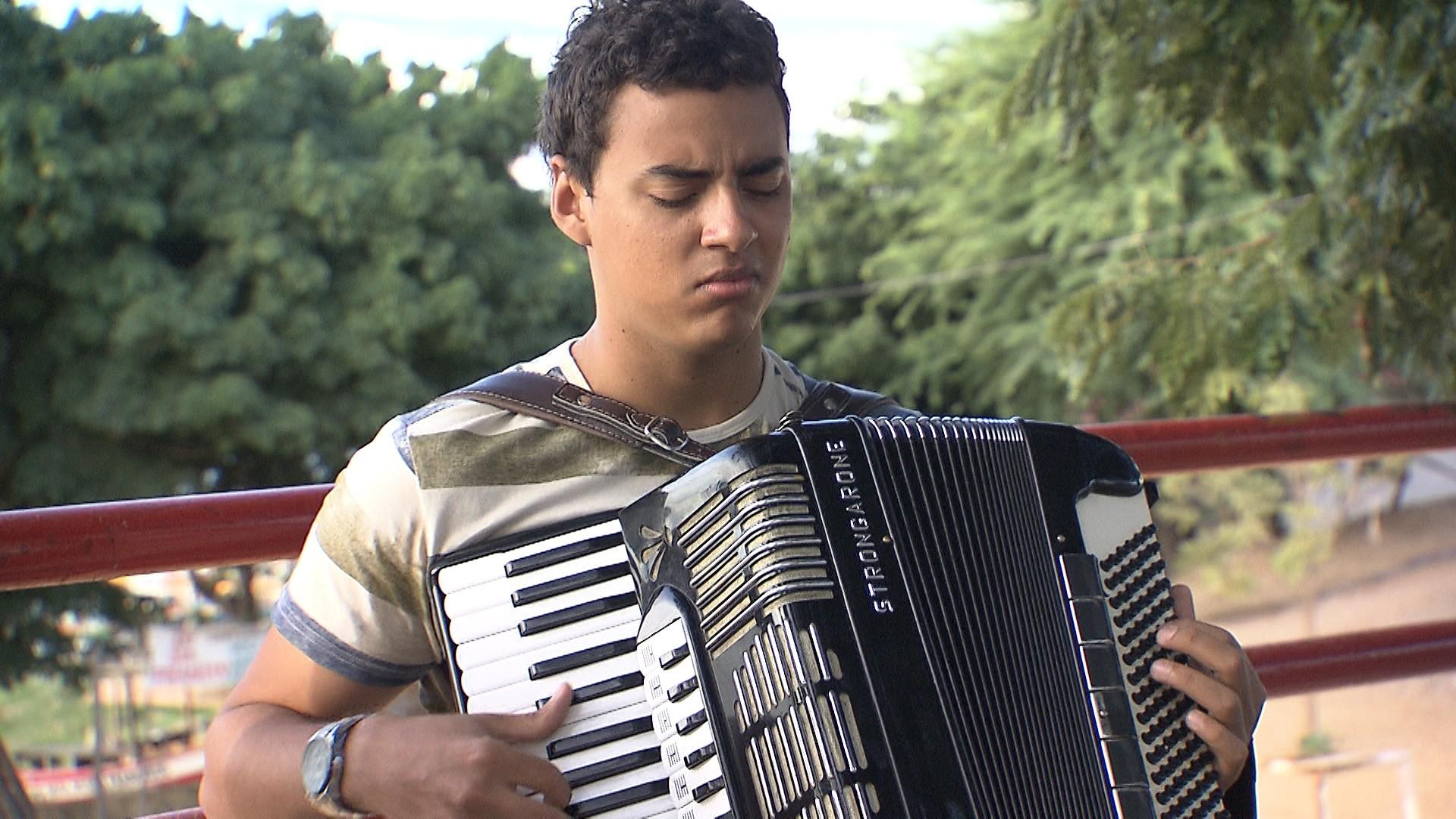 Silas França dá palinha e conta: 'a música veio antes até de eu nascer' (Foto: Divulgação)