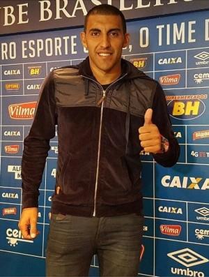 Novo reforço do Cruzeiro, Ramón Ábila já está em Belo Horizonte (Foto: Divulgação / Cruzeiro)