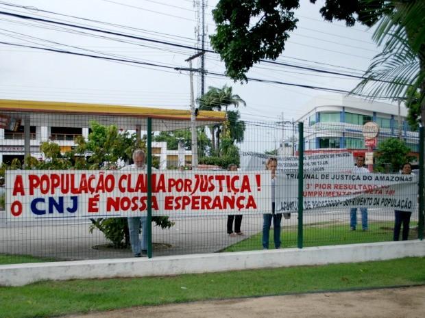 Manifestantes colocaram cartazes no portão do TJAM (Foto: Jamile Alves/G1 AM)