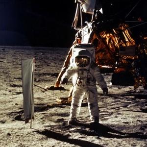 O astronauta Buzz Aldrin em sua caminhada na superfície lunar. Não foi o primeiro a pisar na lua, mas ao menos, foi o primeiro a urinar no satélite terreste (Foto: NASA/Newsmakers)