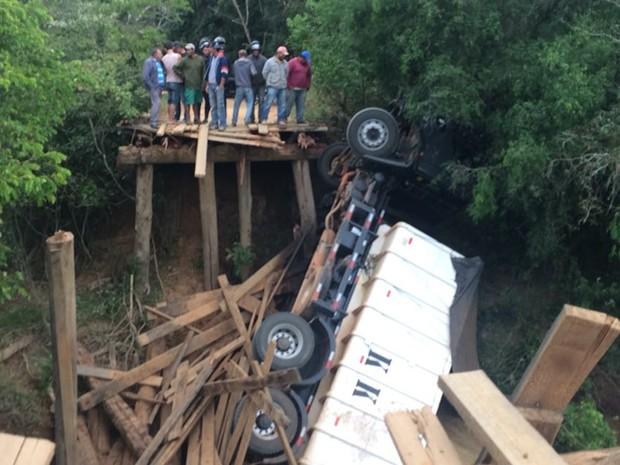 Caminhão caiu no rio do Turvo após ponte de madeira ceder (Foto: Carla Monteiro/TV TEM)