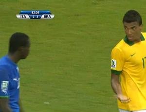 Desentendimento de Luiz Gustavo e Balotelli, na Arena Fonte Nova (Foto: Reprodução SporTV)
