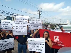 Manifestantes em greve do INSSfazem 'apitaço' em frente à Gerência Executiva do INSS, em São Luís (Foto: Robert Oliveira/ G1)