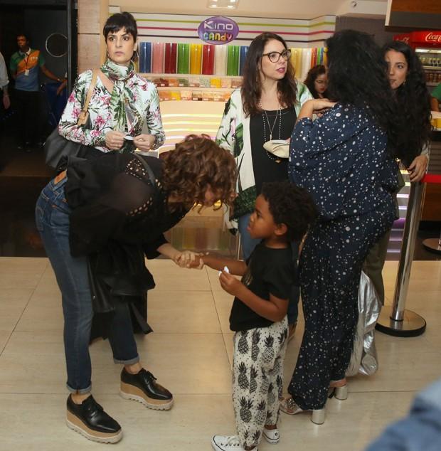 Debora Bloch conversando com Roque, filho de Regina Casé (Foto: AgNews)