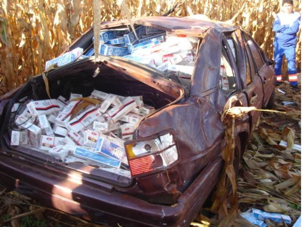 Carro estava com 500 pacotes de cigarros contrabandeados do Paraguai (Foto: Divulgação / PRE)