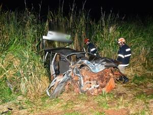 Carro onde estavam as vítimas ficou destruído (Foto: Sérgio Melucci/ Portal News Bataguassu)