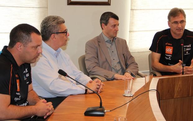 Troca no comando técnico do Canoas Vôlei foi anunciada em entrevista coletiva (Foto: Fernando Potrick/Kappesberg/Canoas)