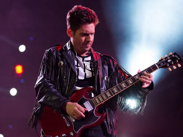 Hudson empunha a guitarra e toca sucessos como Foi Deus e É Amor Demais (Foto: Érico Andrade/G1)