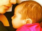 Nívea Stelmann mostra filha recém-nascida dormindo em seu colo