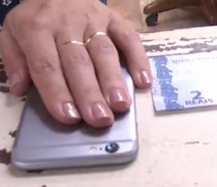 Colocar uma gota d'água na câmera do celular transforma a lente em macro? Assista (Foto: Reprodução)