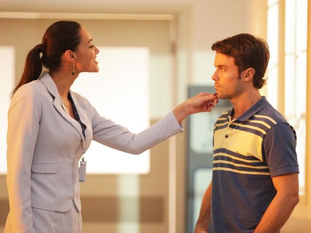 Sueli conversa com Israel ao caminhar pelo hospital (Foto: Pedro Curi/Gshow)