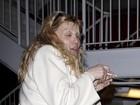 Que susto! Courtney Love sai quase irreconhecível de teatro