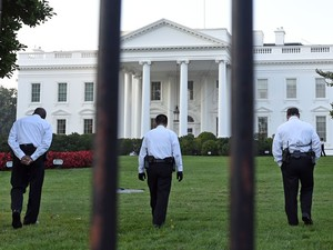 Agentes do Serviço Secreto fazem ronda no jardim da Casa Branca, em Washington, na tarde de 20 de setembro, após a invasão de Omar Gonzalez (Foto: AP Photo/Susan Walsh )