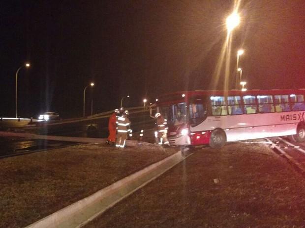 Ônibus que derrubou poste perto do viaduto de Santa Maria, no Distrito Federal, por causa de pista molhada na noite deste sábado (13) (Foto: Corpo de Bombeiros DF/Divulgação)