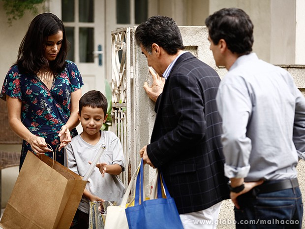Caetano dá presentes para o menino do Grajaú (Foto: Inácio Moraes / TV Globo)