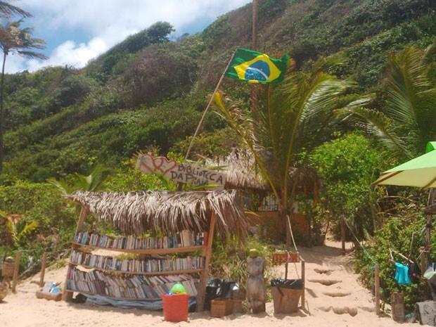 Biblioteca montada na Praia do Amor recebeu doações e cresceu em Pipa, RN (Foto: Aldaberon de Omena/G1)