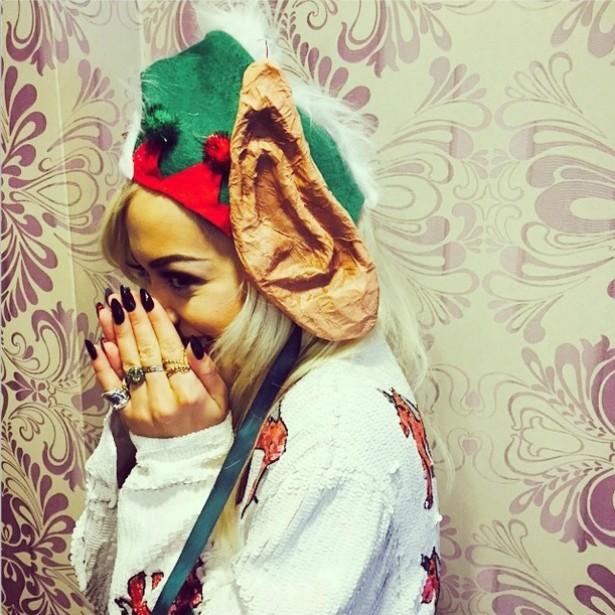 Rita Ora publicou esta foto dizendo que queria aproveitar o Natal para revelar seu grande, grande segredo: suas verdadeiras orelhas. (Foto: Instagram)