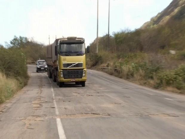 Condição ruim de estrada pode causar acidentes, limitaçõesdo tráfego da rodovia e aumento dos custos operacionais (Foto: TV Verdes Mares/Reprodução)