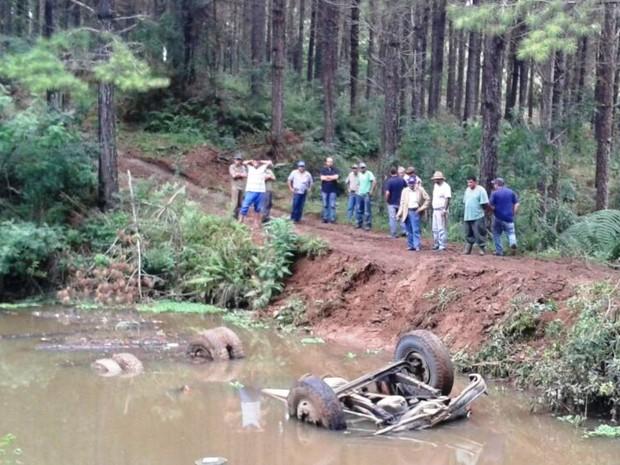 Caminhão ficou apenas com as rodas e eixos fora da água (Foto: Polícia Militar/Divulgação)