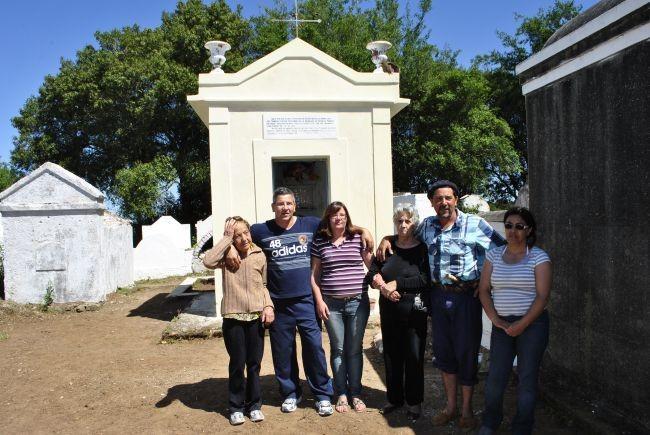 Membros da família Lacerda visitam jazigo de Chico Diabo em Bagé (Foto: Arquivo/Jornal Folha do Sul Gaúcho)
