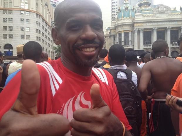O gari Renato Sorriso apoia a paralisação de sua categoria (Foto: Lívia Torres/G1)