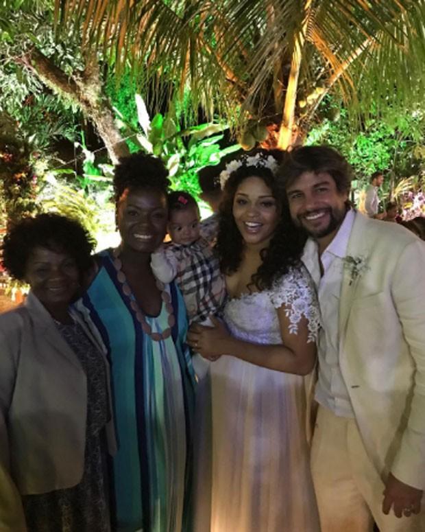 Nanci Do Carmo, Adriana Alves, Olivia e os noivos Juliana e Ernani  (Foto: Reprodução)