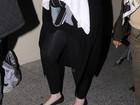 Adele aparece com o filho recém-nascido em aeroporto
