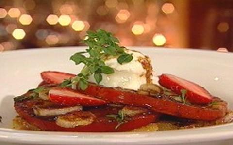 Salada de pão com tomate, morango e muçarela de búfala