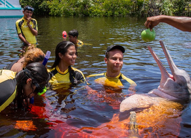 Crianças participam de bototerapia em região do Rio Negro, no Amazonas (Foto: Diogo Lagroteria/Divulgação)